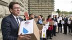 SVP-Parteipräsident Albert Rösti sowie weitere Vertreter reichen die Unterschriften die Begrenzungs-Initiative ein, am 31. August 2018, in Bern.