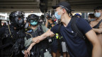 Bereitschaftspolizisten verhaften einen Demonstranten.