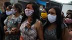 Indigene Frauen trauern um Häuptling Messias Kokama, 53, der an der Coronavirus-Krankheit verstorben ist in Manaus, Brasilien.
