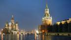 Blick auf die St. Basilius-Kathedrale und den Hauptturm der östlichen Mauer des Kremls in Moskau.