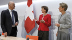 Bundespräsidentin Simonetta Sommaruga, Mitte, mit Bundesrat Alain Berset und Bundesrätin Karin Keller-Sutter, am 27. Mai 2020 in Bern.