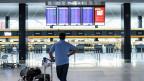 Ein Mann beim Check-in am Flughafen Zürich.