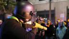 In Los Angeles steht ein Polizist Demonstranten gegenüber.