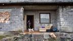Eine typische Roma-Familie ohne festes Einkommen wohnt in einer Bauruine in Ungarn.