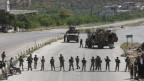 Türkische Armeesoldaten bewachen die Autobahn M4 in Idlib, Syrien.