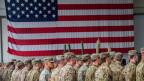 Bayern, Illesheim: US-Soldaten während einer militärischen Zeremonie in den Storck-Barracks vor einer Flagge der Vereinigten Staaten von Amerika.
