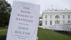 Das Buch von John Bolton wird vor dem Weissen Haus präsentiert.