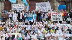 Das Pflegepersonal eines Krankenhauses in Mülhausen (F) protestiert.