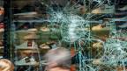 Zerstörte Schaufensterscheiben nach der Krawall-Nacht in Stuttgart.
