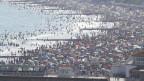 Menschen am Strand in Bournemouth, England, am heissesten Tag des Jahres, nach der Lockerung der Restriktionen aufgrund des Coronavirus.