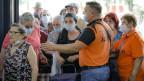 Sicherheitspersonal kontrolliert den Zugang von Kunden zu einem Lebensmittelmarkt in Bukarest, Rumänien.