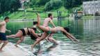 Junge springen in Turin in den Fluss Po