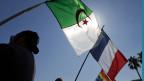 Die französische und die algerische Flagge. Symbolbild.