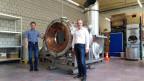 Reto Knutti (links) und Gianluca Ambrosetti vor einem Receiver für den Synhelion-Solarreaktor, aufgenommen mit einem Fairphone3.