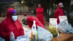 Freiwillige verteilen Lebensmittel in Johannesburg. Angesichts eines enormen Anstiegs der Infektionen mit Covid-19 und der Todesfälle, ist die Ernährungsunsicherheit ein massives Problem.