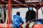 Ein Migrant auf einem Boot in einem sizilianischen Hafen im Juli 2020.