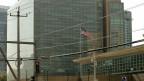 Die amerikanische Flagge über der US-Botschaft in Peking, China.