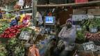 Markt La Vega in Santiago, Chile: Am TV im Hintergrund der chilenische Präsident Sebastian Pinera in einer Fernsehansprache.