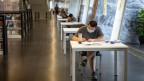Student in der Bibliothek von Guangzhou.