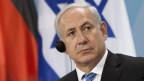 Der israelische Ministerpraesident Benjamin Netanjahu sitzt in Berlin im Bundeskanzleramt auf einer Pressekonferenz nach einem Gespräch mit Bundeskanzlerin Angela Merkel.