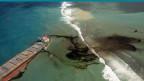Auslaufendes Öl aus der MV Wakashio, einem Massengutfrachter, der vor kurzem vor der Südostküste von Mauritius auf Grund lief.