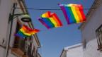 Ehe für alle: Spanien ist offener als Italien – Regenbogenfahnen in einer Strasse in Málaga.
