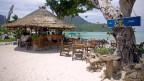 Symbolbild. Eine Bar an einem Sandstrand auf der Insel Ko Phi Phi in Thailand.