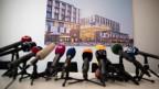 Zahlreiche Mikrofone vor Beginn einer Pressekonferenz.