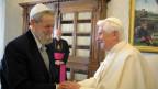 Papst Benedikt XVI bei einem Treffen mit Rabbi Shear-Yasuv Cohen 2009.
