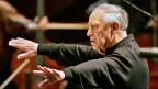 Als junger Mann wollte er die Opernhäuser sprengen - stattdessen hat er die Bühnen der Welt erobert: Pierre Boulez war einer der bedeutendsten Vertreter der musikalischen Avantgarde. Bild: Pierre Boulez dirigiert am 17. Oktober 2008 in Donaueschingen das SWR-Sinfonieorchester.