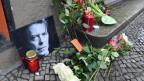 Am ehemaligen Wohnsitz von David Bowie in Berlin werden Blumen und Kerzen niedergelegt.