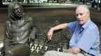 George Martin ist als Produzent registriert bei 4836 Titeln, die Gesamtzahl dürfte deutlich über 5000 betragen. Insgesamt war er als Produzent für 30 Nummer-eins-Hits verantwortlich. Im Jahre 1967 erhielt er den ersten von insgesamt drei Grammy-Awards. Bild: George Martin sitzt im Jahr 2002 auf einer Parkbank in Havanna auf Kuba neben einer Skulptur von John Lennon.