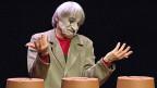 Komiker, Kabarettisten und Clowns legen mit ihren Darbietungen oft den Finger auf einen wunden Punkt unserer Zeit, üben subtil oder direkt Kritik an Gesellschaft. Dimitri hat das nie gemacht. Bild: Clown Dimitri bei der Aufführung des Stücks «DimiTRIgenerations» im April 2015.