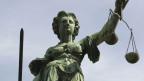 Justitia auf dem Brunnen vor dem Rathaus in Frankfurt.