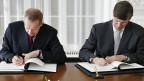 Staatssekretär Ambühl und US-Botschafter Beyer unterzeichnen die Vereinbarung zu Fatca.