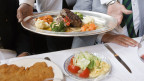 Der Tisch ist nicht für alle gleich reichhaltig gedeckt. Kellner im Restaurant Kronenhalle in Zürich.