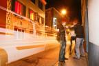 Nachtleben in Chur: Drei junge Männer albern herum; wahrscheinlich nicht zur Freude mancher AnwohnerInnen.