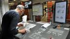 Drucker Daniel Mettraux beim Druck der Freiburger Nachrichten in der Paulusdruckerei.