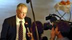 Initiant Thomas Minder beantwortet nach dem Ja zu seiner Abzocker-Initiative Fragen der Medien in Schaffhhausen.