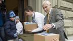 Dr. Peter Tschudi, Präsident des Initiativkomitees «Ja zur Hausarztmedizin», bei der üUbergabe von 200'000 Unterschriften am 1. April 2010 in Bern.