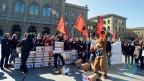 Die Jungsozialisten vor dem Bundeshaus in Bern beim Einreichen der 1:12-Initiative im März 2011.
