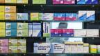 Medikamente und Tees in Regalen einer Apotheke.
