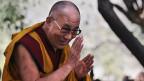 Der Dalai Lama begrüsst seine Anhänger in New Dehli, März 2013.
