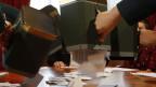 Offizielle Leerung der Wahlurne mit den Stimmzetteln zur Bundesratswahl.