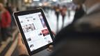 Ein Mann liest am auf einem iPad am Hauptbahnhof in Zürich die Online-Ausgabe des «Tages Anzeigers». Symbolbild.