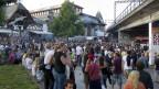 Junge Leute stehen vor der Tanz-Demo «Tanz dich frei» auf dem Platz vor der Reitschule, am Samstag, 2. Juni 2012 in Bern.