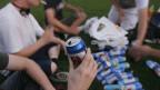 Junge Leute trinken Bier aus Dosen, anlässlich des ersten «Botellon»