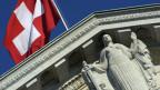 Das Gebäude des Bundesgerichts mit Schweizer Fahne und der «Justizia».