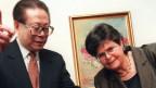 Der chinesische Präsident Jiang Zemin (links) und Bundespräsident Ruth Dreifuss (Mitte) am 25. März 1999 in Bern. Der chinesische Präsident Jiang Zemin machte einen dreitägigen Besuch, der erste in der Schweiz von einem chinesischen Staatsoberhaupt.