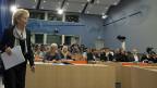 Bundesrätin Widmer-Schlumpf auf dem Weg zur Medienkonferenz, an der sie sich zum Steuerstreit mit den USA geäussert hat.